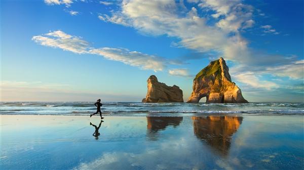 Windows 10新壁纸下载:美女 沙滩 跑步